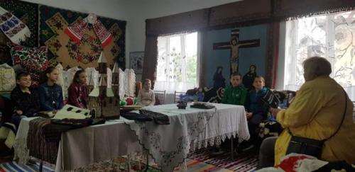 Interviu cu doamna Olimpia Simarton, pentru 42 de ani invățătoare la Galşa, in locatia frumos pregatita de catre Parintele Adorian Lucian Trif